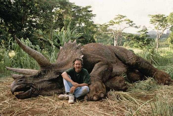 Интересные фотографии известных людей <br><br><b> <b>Стивен Спилберг на съёмках фильма «Парк Юрского периода». 1993</b> </b><br><img class=