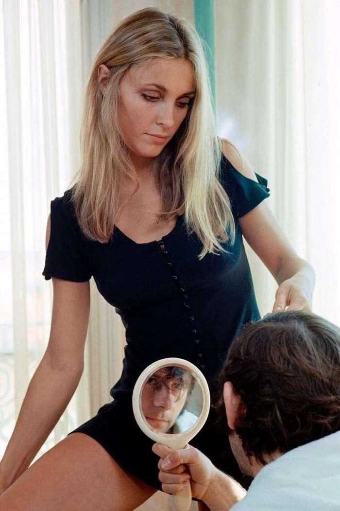 Интересные фотографии известных людей <br><br><b> <b>Шэрон Тейт стрижет Романа Полански в отеле в Каннах, 1968 год.</b> </b><br><img class=