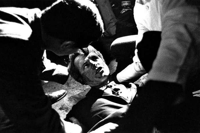 Интересные фотографии известных людей <br><br>Во время государственного визита в Софию.<br ><br><br ><br>Со своим ростом в 191 см, ещё в институте, Кастро считался неплохим игроком. Там он посвящал много времени баскетболу, бейсболу, легкой атлетике и настольному теннису, иногда, в ущерб академическим занятиям.<br /> <br><b> <b>Роберт Ф. Кеннеди лежит на полу после ранения в голову, 1968 год, США</b> </b><br><img class=