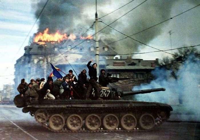 Очень интересные исторические фото <br><br>Снимок был сделан немецким фотографом в день трагедии. Массовое распространение данная фотография получила лишь в 2006 году, что вызвало бурное недовольство американского сообщества.<br /> <br><b> <b>Демонстранты на танке, 1989 год, Румыния</b> </b><br><img class=