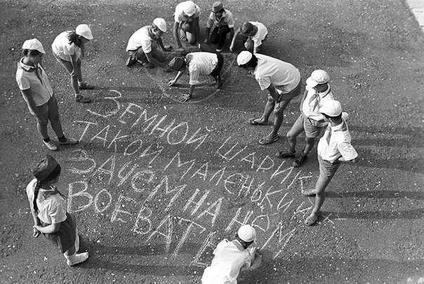 """Очень интересные исторические фото <br><br>на снимке Криса Стил–Перкинса момент перепутья: война за независимость окончилась в декабре 1979 года, а первый отъем земель у белых начнется в 1999, спустя еще 13 лет.<br /> <br><b> <b>Пионеры против войны. Пионерский лагерь """"Океан"""", СССР, 1987 год.</b> </b><br><img class="""