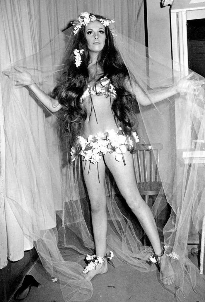 Очень интересные исторические фото <br><br><b> <b>Свадебное бикини. 1968г.</b> </b><br><img class=