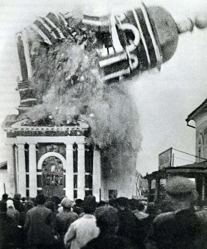 Очень интересные исторические фото <br><br><b> <b>Взрыв колокольни церкви Рождества Христова в Муроме, 1930 год.</b> </b><br><img class=