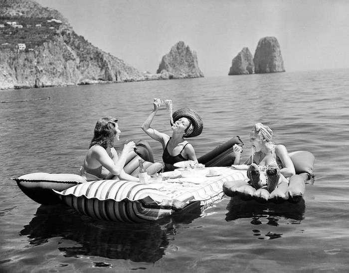Очень интересные исторические фото <br><br><b> <b>Три девушки едят спагетти на надувных матрасах возле острова Капри, 1939 год.</b> </b><br><img class=