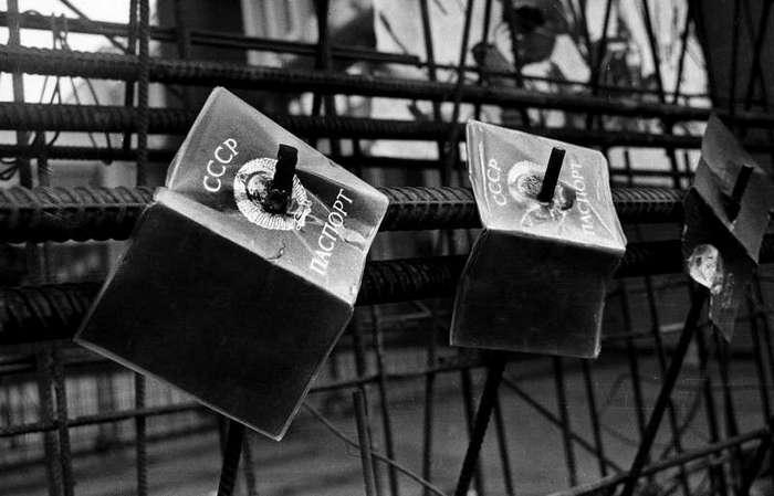 Очень интересные исторические фото <br><br><b> <b>«Голосование на баррикадах». Фото Альфредаса Гирдзюшаса снято 13 января 1991 года, когда советская армия попыталась подавить антисоветские выступления в Вильнюсе.</b> </b><br><img class=