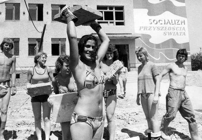 Очень интересные исторические фото <br><br>Флэпперы — молодые эмансипированные девушки 1920–х годов.<br /> <br><b> <b>На стройке, 1976 год, Гливице. Автор Ян Сухан (Jan Suchan)</b> </b><br><img class=