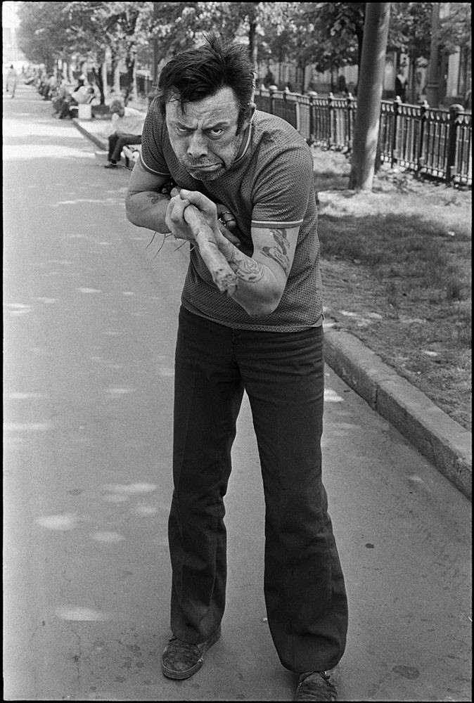 Очень интересные исторические фото <br><br><b> <b>Маргинальная личность на улице, 1970–е годы, Москва.</b> </b><br><img class=