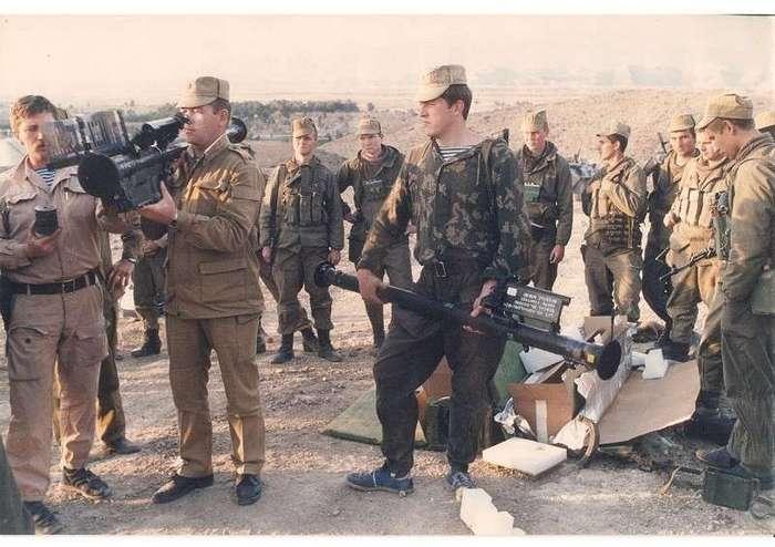 """Очень интересные исторические фото <br><br><b> <b>Бойцы 15-й отдельной бригады специального назначения ГРУ ГШ ВС СССР демонстрируют ПЗРК """"Стингер"""" захваченные у душманов. Афганистан, февраль 1988 года.</b> </b><br><img class="""