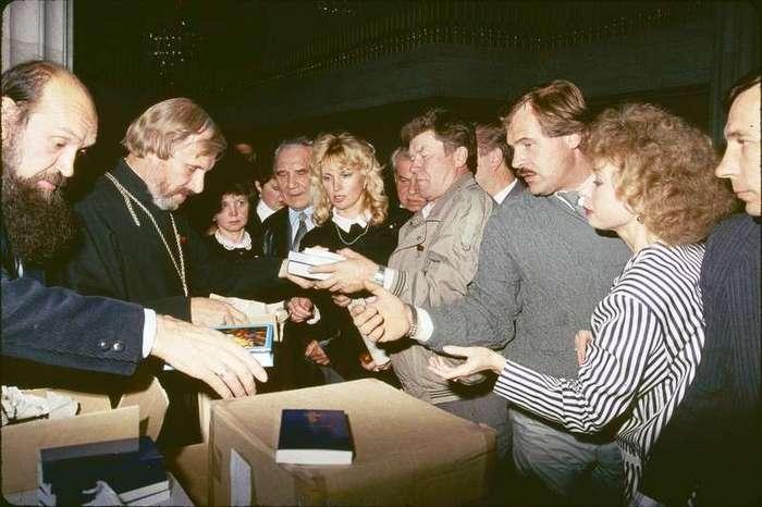 Очень интересные исторические фото <br><br><b> <b>Раздача библий в Москве, 1991 год</b> </b><br><img class=