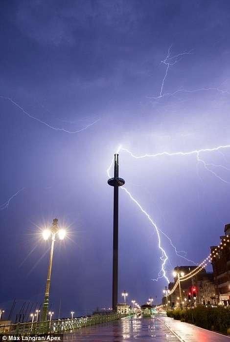 Британию смыло дождем <br><br>Молния ударила в остров Уайт.<br /> <img class=