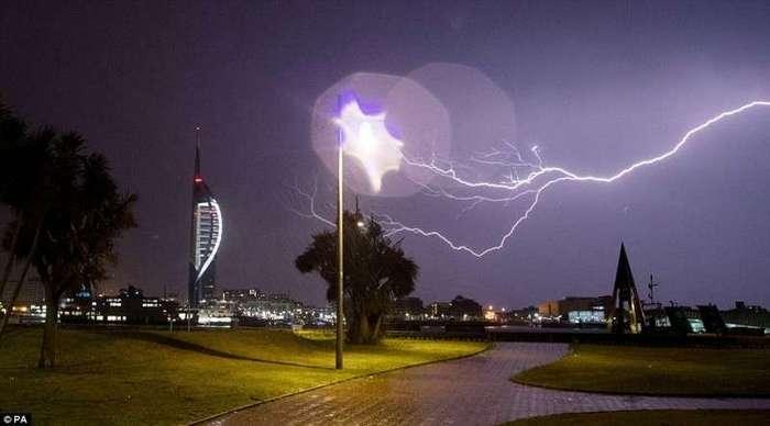 Британию смыло дождем <br><br>Это фото бушующей над городом грозы разместил в сети один из жителей Уэртинга.<br /> <img class=