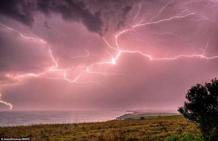 Британию смыло дождем <br><br>Дорсетский маяк кажется тусклым на фоне непрерывно сверкающих молний.<br /> <img class=