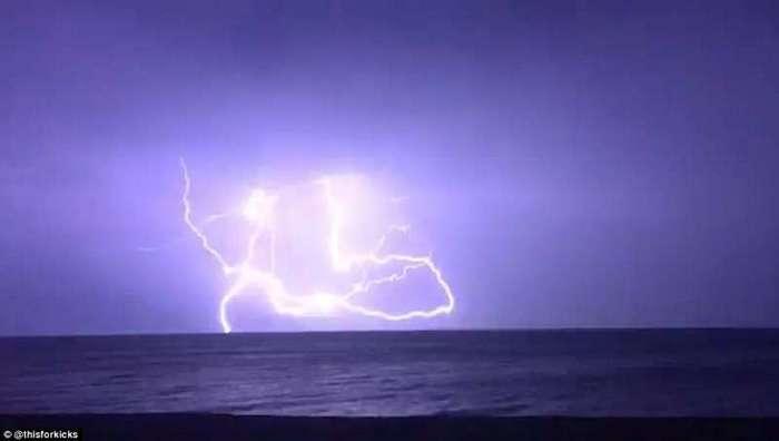 Британию смыло дождем <br><br>Гроза в море - вид с пляжа Госпорта, Хемпшир.<br /> <img class=