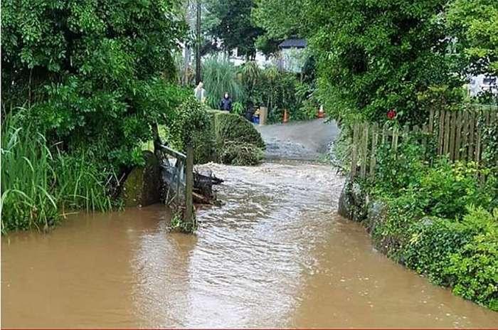 Британию смыло дождем <br><br>Асфальтированные улицы Коверака сильно пострадали от наводнения: сильные потоки воды кое-где полностью снесли с дороги покрытие.<br /> <img class=