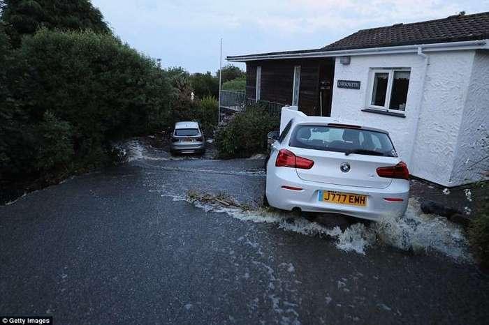 Британию смыло дождем <br><br>Дороги в Ковераке придется реконструировать практически с нуля.<br /> <img class=