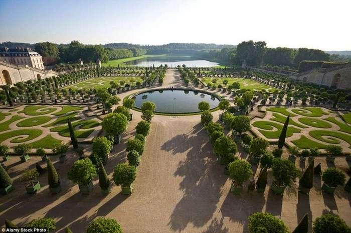 10 самых прекрасных садов мира <br><br>Весной в парке можно насладиться красотой семи миллионов цветов около 800 разных сортов.<br /> <br><b> <b>Дворцово-парковый ансамбль Версаль в пригороде Парижа, Франция.</b> </b><br><img class=