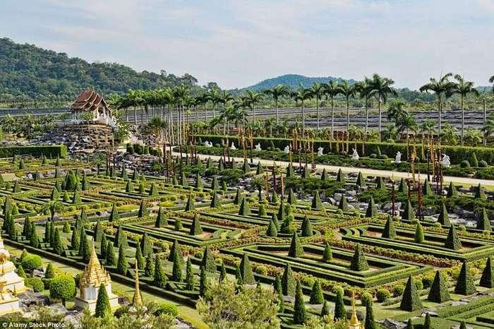 10 самых прекрасных садов мира <br><br>В отличие от многих других садов мира, растения в Саду чудес выращиваются на шпалерах различных конфигураций, например, в виде домиков, как на этом снимке.<br /> <br><b> <b>Тропический парк Нонг Нуч в Таиланде.</b> </b><br><img class=