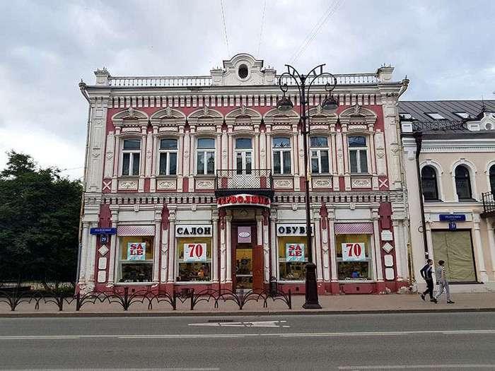 Тюмень. Город контрастов <br><br>В центре Тюмени, на пересечении улиц Володарского и Семакова, стоит дом невероятной красоты. Это дом купцов Чираловых. Он сразу привлекает внимание – нарядный, отлично отреставрированный, с огромными окнами и шикарным резным орнаментом наличников. Тюменская резьба имеет особое значение. Например, если на резьбе – бумажные свитки, значит, в доме живут образованные люди. Листья ананаса – символ большого богатства. Кедр – тут живут середнячки. А если украшение окошка напоминает кокошник – значит, живут тут девушки на выданье. У купца Чиралова, который владел кожевенным производством, было две дочки – невесты. Одна вышла замуж за генерала и держала в узде и мужа, и весь город. Вторая была скромной и в результате ушла в монахини…<br ><br>Что еще поразило меня в этом домике? Его прекрасное состояние. Мне рассказали, что в Тюмени практикуется передавать дома-памятники в частные руки. Это позволяет поддерживать их в отличном состоянии. Например, в доме Чираловых сейчас находится ресторан. Рано утром он был закрыт, но, говорят, что купеческий дух в доме витает до сих пор. А еще домик этот считается в городе счастливым. Надо загадать желание, и дотронуться до него особым образом) Я загадала!<br /> <img class=