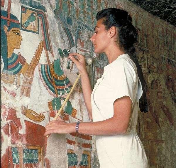 Египет. Калейдоскоп фотографий <br><br><b> <b>Реставратор фресок итальянка Лоренца Алессандро восстанавливает изображение египетской царицы Нефертари на стене ее гробницы.</b> </b><br><img class=