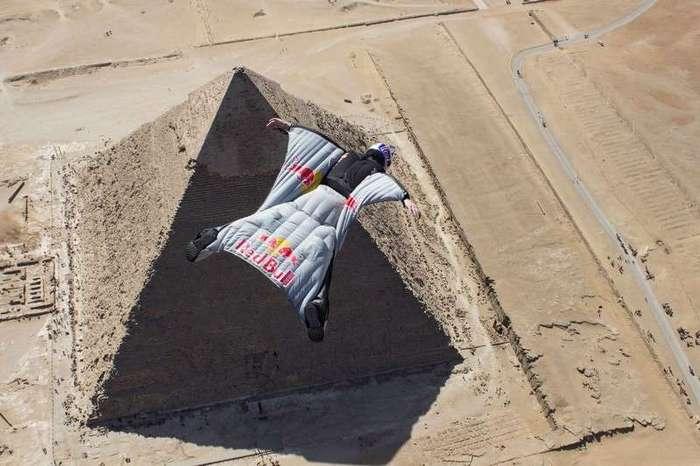Египет. Калейдоскоп фотографий <br><br><b> <b>Вингсьют C. Dumont'a над пирамидами Гизы</b> </b><br><img class=