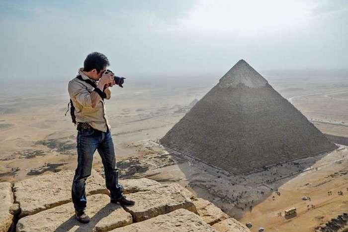Египет. Калейдоскоп фотографий <br><br><b> <b>По заказу National Geographic Юкинори Каваэ делает снимки для 3-D моделей с вершины пирамиды Хуфу</b> </b><br><img class=