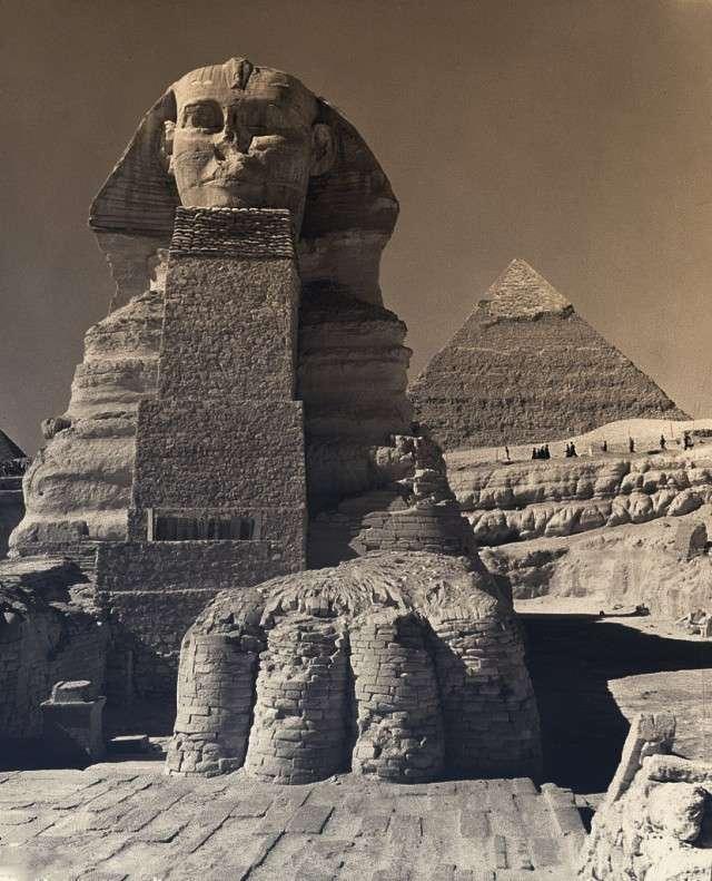 Египет. Калейдоскоп фотографий <br><br><b> <b>Голова Сфинкса, укрепленная вот таким нелепым сооружением во время Второй Мировой Войны.</b> </b><br><img class=