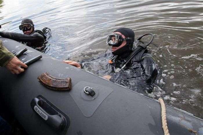 Водолазы обнаружили оружейный арсенал на дне Москва-реки (5 фото)