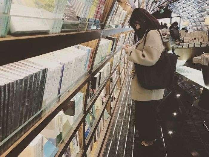 -Бесконечный- книжный тоннель в китайской библиотеке (6 фото)