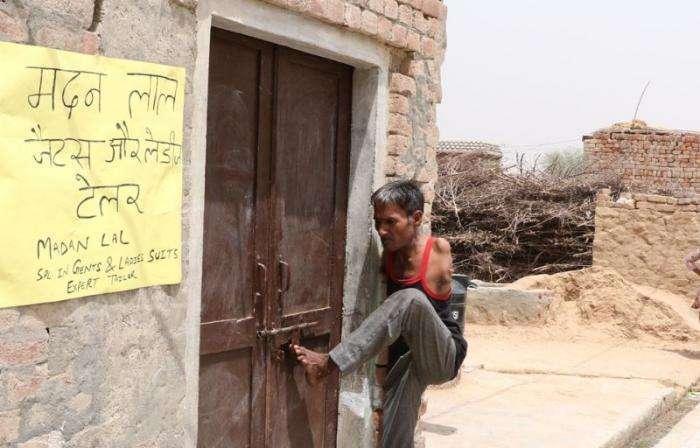 Индиец, родившийся без рук, стал профессиональным портным (7 фото)