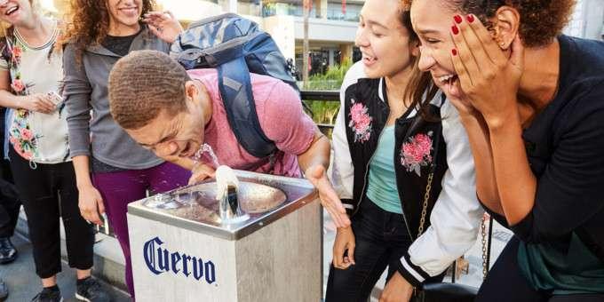 В Лос-Анджелесе на один день установили питьевые фонтанчики с текилой-2 фото-
