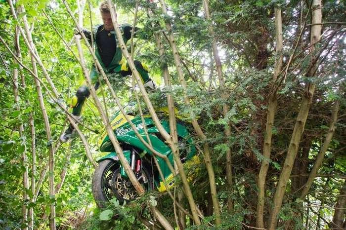 На мотогонках, в результате падения гонщика, байк приземлился на дерево-10 фото-