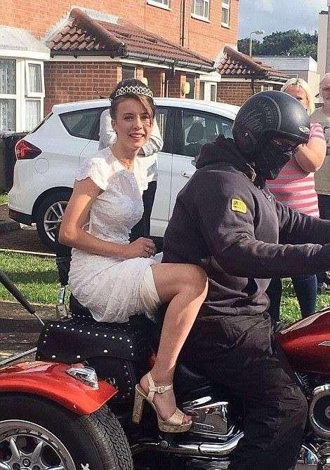 Британка отметила выпускной в компании байкеров и незнакомых ей людей-7 фото-