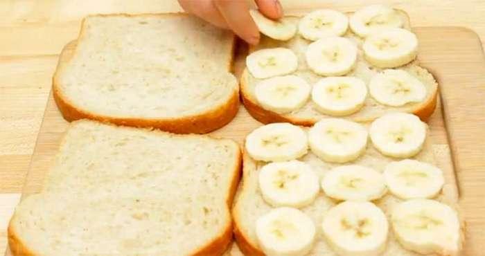Она выложила на ломтики белого хлеба бананы, и в результате получился вкуснейший завтрак!