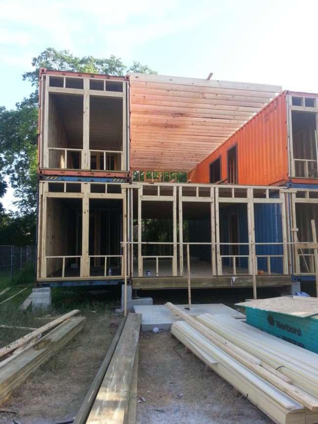 Эти контейнеры выглядели не очень, но посмотрите, какой потрясающий дом он из них построил!
