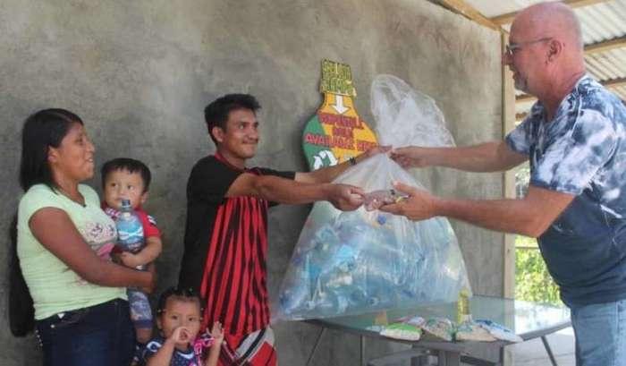 Канадец строит деревню из пластиковых бутылок в Панаме