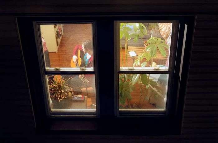 podsmotret-za-oknami-sosedey