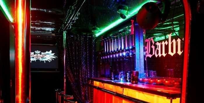 Оказавшись в Питере, тусовщики стараются попасть в ночной клуб, переделанный из Икаруса