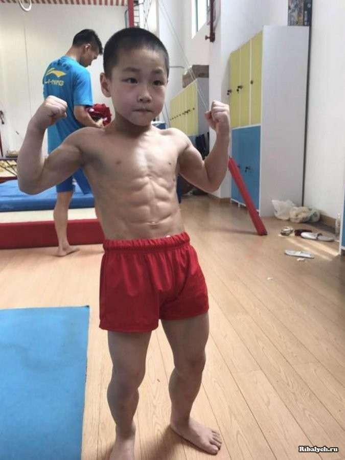 Маленький китаец поражает мускулистым телом (4 фото)