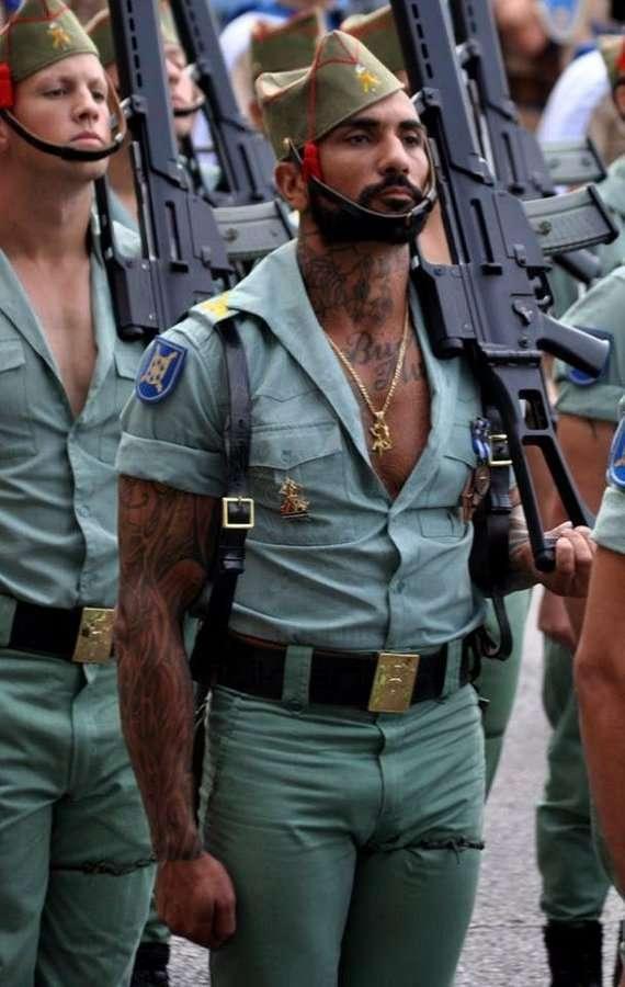 Фривольная парадная форма испанских легионеров (7 фото)
