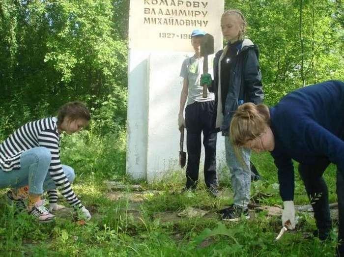Школьники из отряда &171;Золотая звезда&187; реставрируют заброшенные памятники героям ВОВ (13 фото)