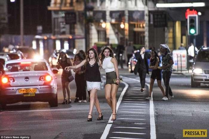 Британская молодежь отрывается по полной после сдачи вступительных экзаменов (40 фото)
