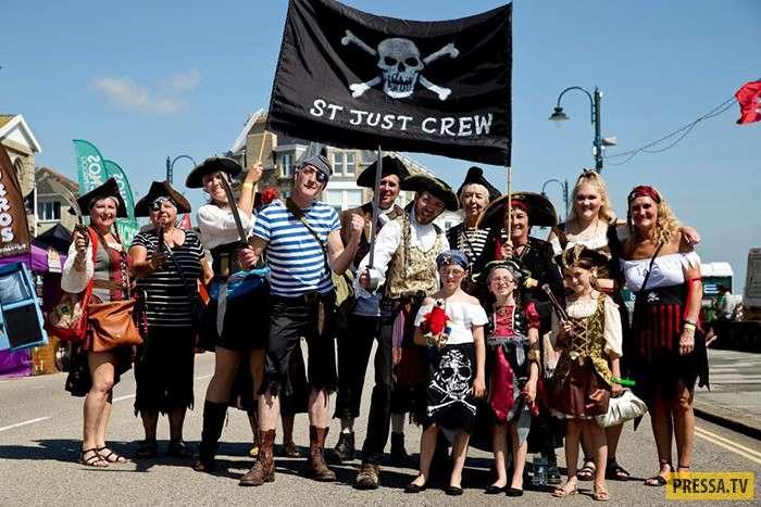 Ежегодный пиратский фестиваль в английском городе Пензанс (8 фото)