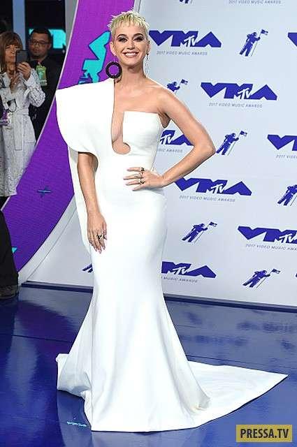 От Дейенерис до космонавта: как Кэти Перри меняла наряды на премии MTV Video Awards — 2017 (11 фото)