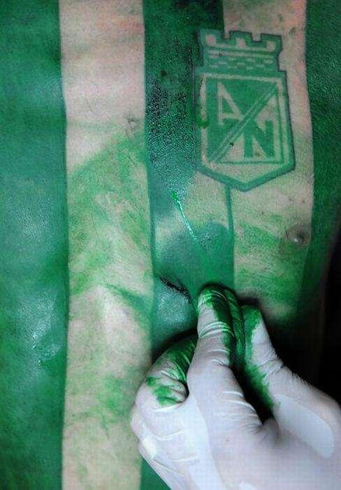 Сумасшедшая футбольная татуировка (9 фото)
