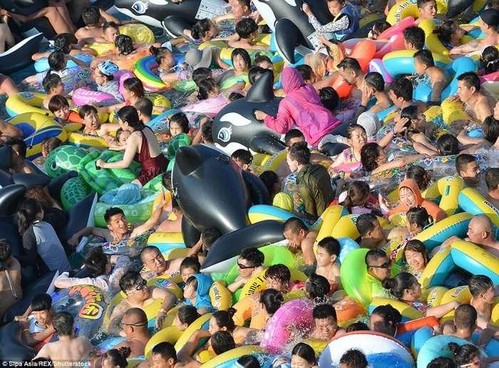 Как сельди в бочке: тысячи китайцев заполонили аквапарк-7 фото-