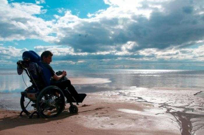 В инвалидном кресле и на Мерсе ил 1+1 в жизни-12 фото-