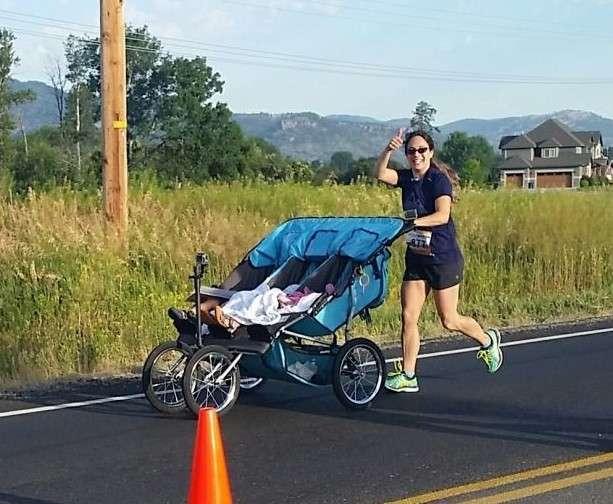 Мать восьмерых детей побила рекорд Гиннеса, пробежав 40 км с коляской-4 фото-