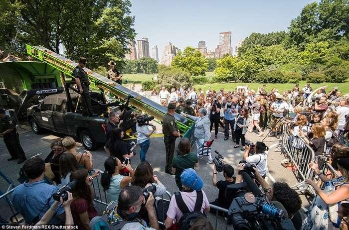 В Нью-Йорке прилюдно раздробили контрафактные изделия из слоновой кости на 4,5 млн долларов-16 фото-