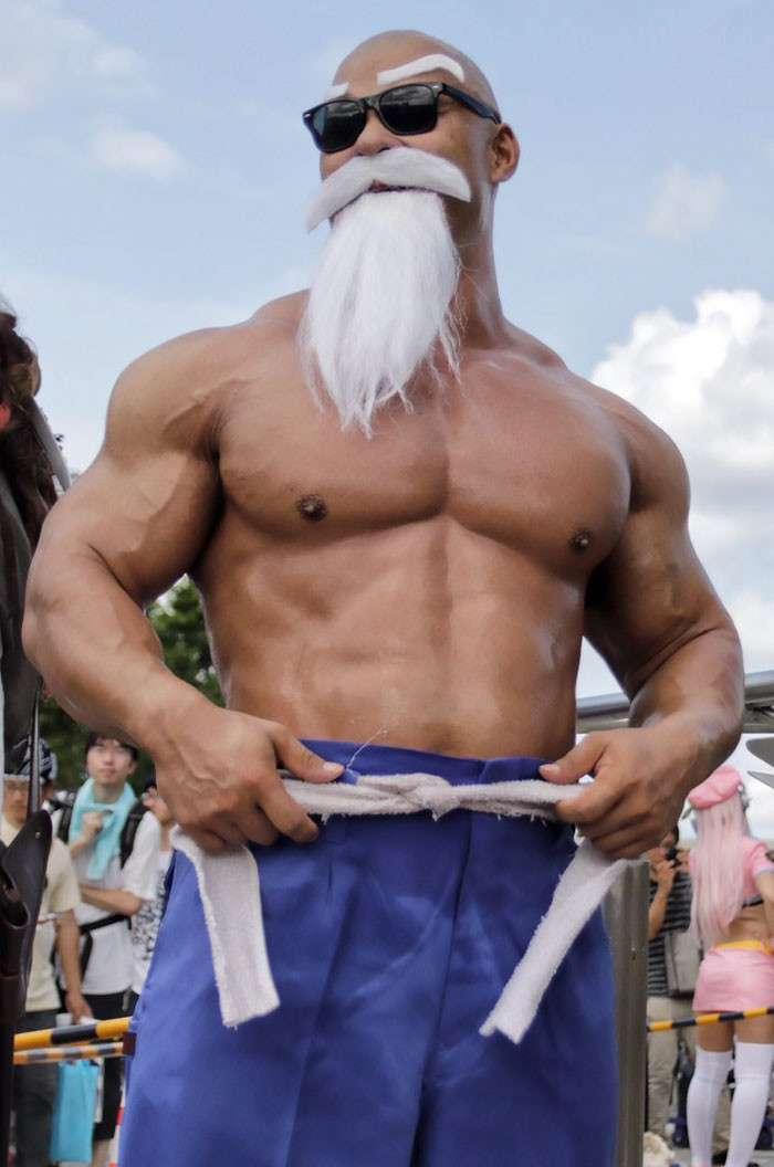 Поклонники манги -Жемчуг дракона- впечатлены косплеем Мастера Роши-10 фото-