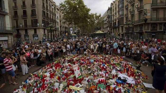 Туристка, которая трижды оказывалась в местах терактов в Европе-4 фото-
